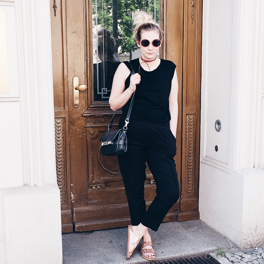 Outfit Streetstyle Berlin All Black Blogger Birkenstock Proenza Schouler Chocker Minmum American Apperal